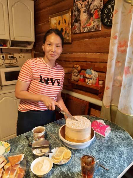Агая Шадрина Сиинэҕэ торт оҥорон атыылыыр